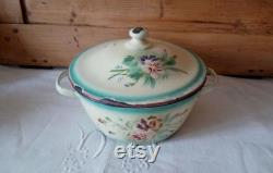 Old-fashioned Vintage Pan In Shabby Chic Metal Dishes And Romantic Vintage Kitchen Battery