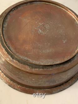 Ancien pot en cuivre Long Cast poignée en bronze estampillé détail, petit pied, étain doublé Inhabituel