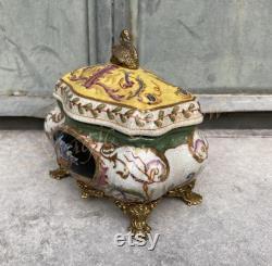 Boîte en porcelaine avec cygne sur le couvercle, bronze monté, ornements floraux, décor antique à la maison