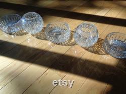 CINQ BOLS EN CRISTAL, un paysage de table de récipients en cristal coupés au plomb en état de menthe qui peuvent être utilisés comme pièce maîtresse pour les paramètres de table