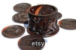 Ebony bois Carved Coasters Set dans un cas. Big Five Animals sur le couvercle et Coasters avec rhinocéros, éléphant et zèbre sculptés sur le conteneur.