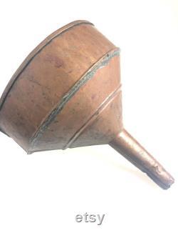 Entonnoir primitif antique grand de cuivre fait à la main