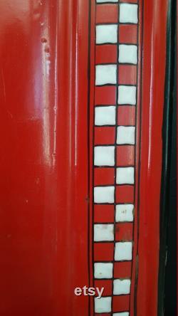 Fran ais rack ustensil de cuisine en émail vintage. Modèle de contrôle rouge et blanc.