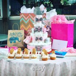 Gâteaux de couches faits sur commande. Des pièces uniques sur mesure Gâteaux de couche-culotte de 4 niveaux avec décorations.