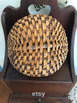 Panier de melon antique avec la poignée et la jante de branche de bois de courbée de solide, le panier antique de baie ou le panier de rassemblement
