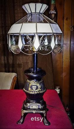 Vintage Heavy Cast Iron Pot Bell Stove Table Lamp Banque, avec scories en verre teinté Ombre gravée Queues de chat Design 25 Tall